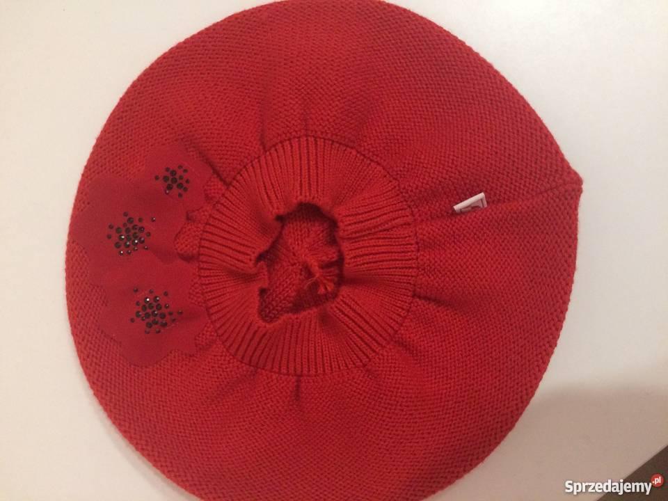 Czerwony beret z kwiatkami