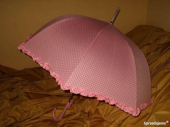 Długi parosol w różowym kolorze