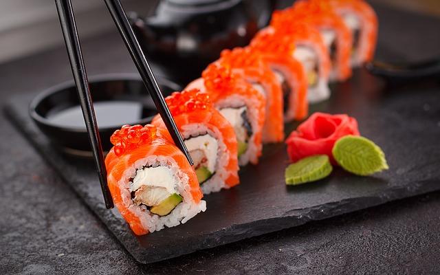jedzenie sushi
