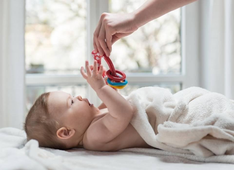 Co dla dziecka na pierwsze odwiedziny? Jaki prezent dla noworodka, jaki dla mamy
