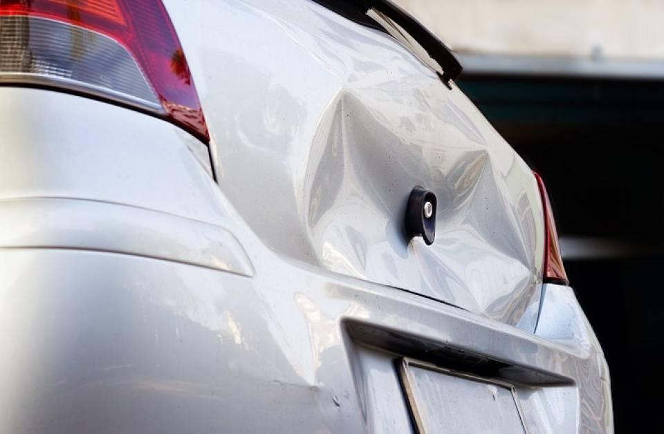 Jak samodzielnie usunąć wgniecenie w samochodzie?