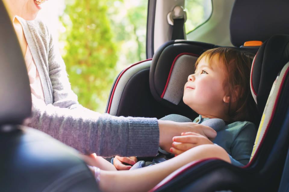 Jak bezpiecznie podróżować samochodem z dzieckiem?