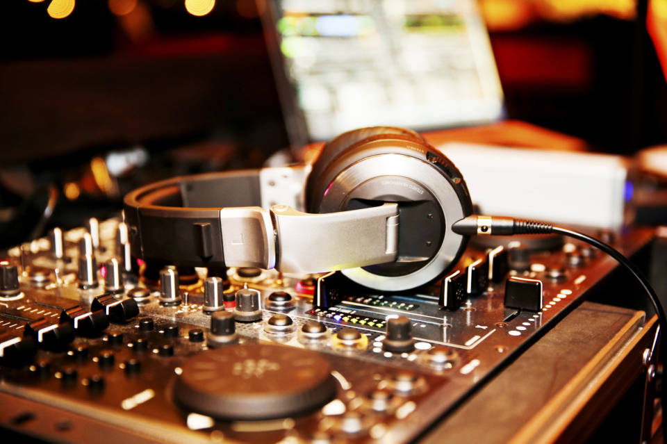 Sprzęt dla DJ-a - jak wybrać najlepszy?