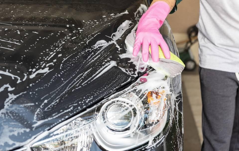 Jak umyć auto po zimie? Wiosenne sprzątanie samochodu
