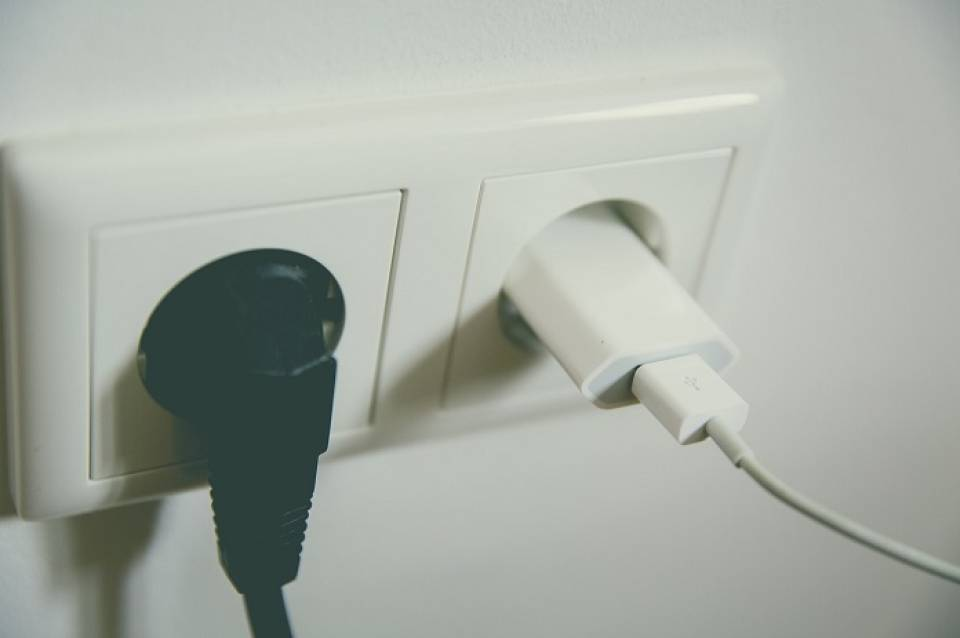 Jak oszczędzać energię elektryczną w domu? 5 pomysłów na niższe rachunki za prąd