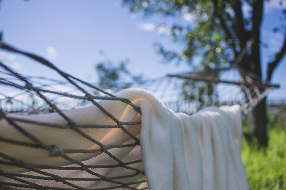 Huśtawki, hamaki, wiszące fotele... Na czym odpoczywać w ogrodzie?