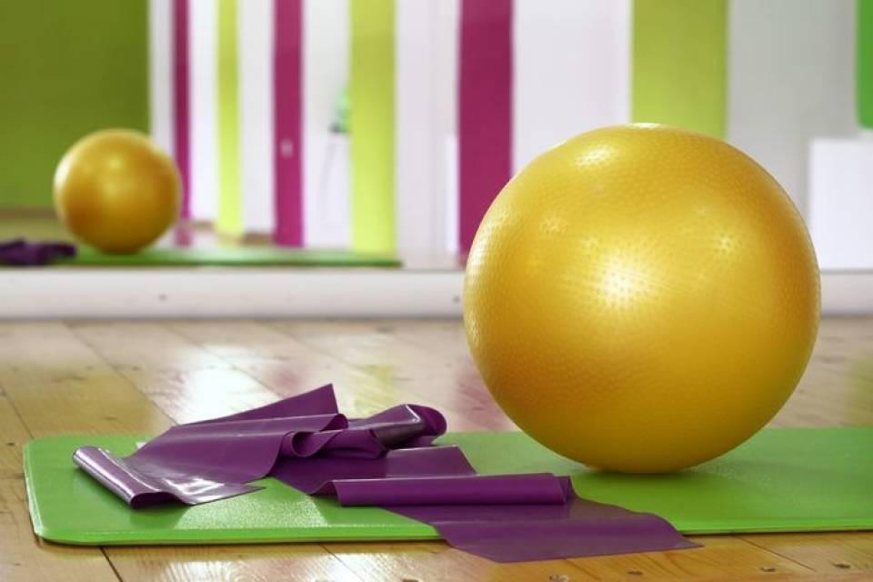 Bosu, fitball, czy step – na czym ćwiczyć w domu? Jaki sprzęt fitness kupić?