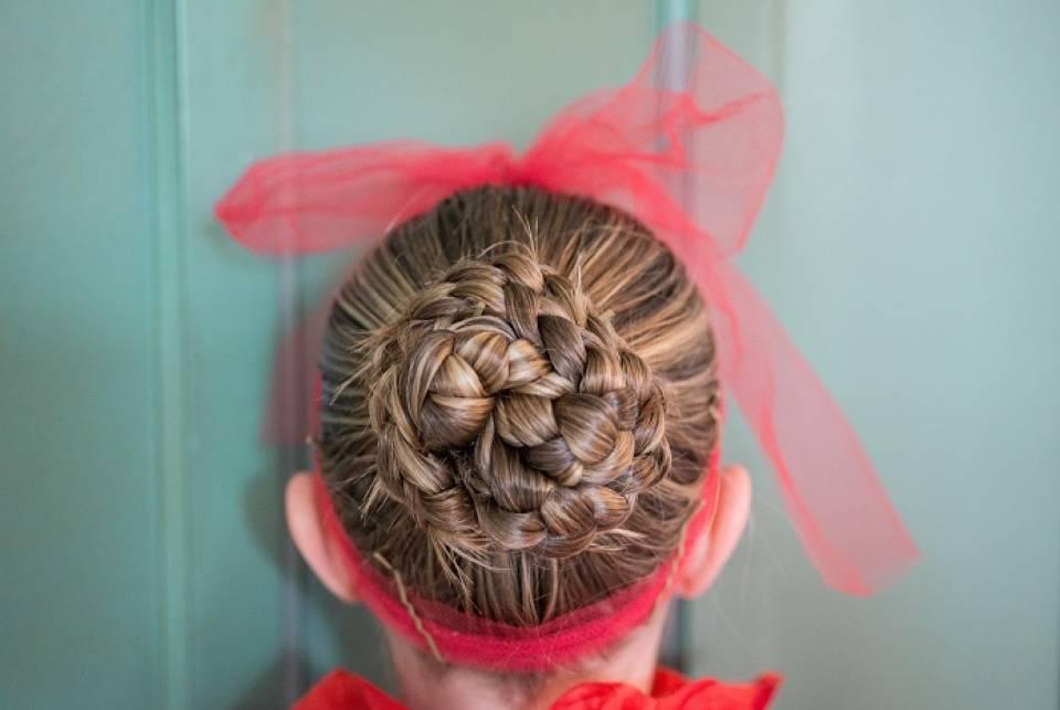 Akcesoria do włosów - jakie ozdoby, opaski i wałki kupić?