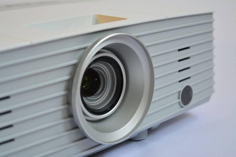 Jak wybrać projektor? Na co zwrócić uwagę kupując rzutnik multimedialny?