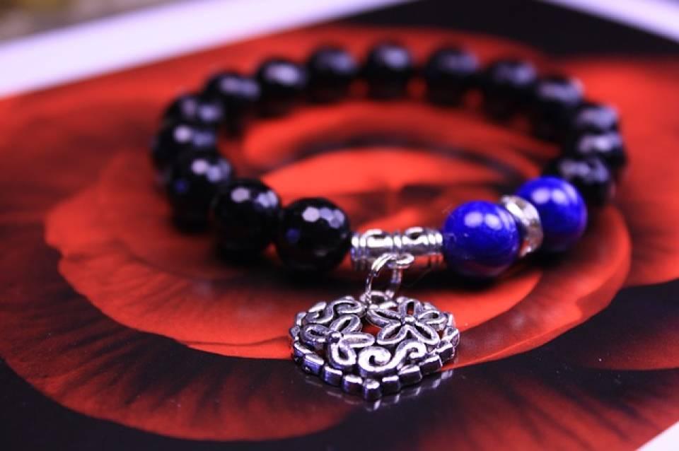 Ozdoby biżuteryjne dla kobiet – najmodniejsze bransoletki, broszki, kolie