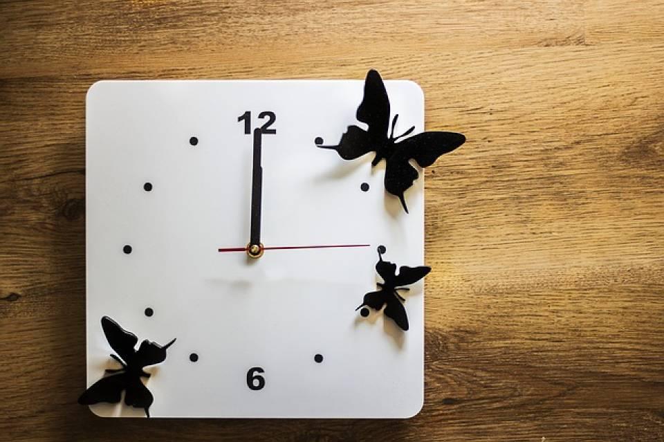 Zegar do salonu, przedpokoju, kuchni - jak dobrać zegar ścienny do wnętrza?