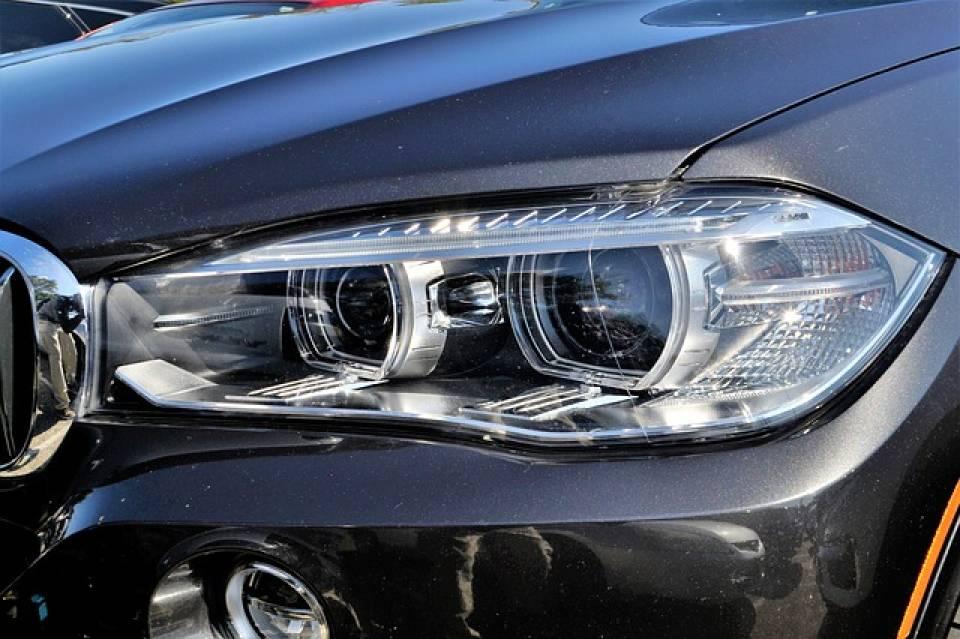 Światła w samochodzie – kiedy włączyć i jakie? Co mówią przepisy drogowe, jakie mandaty?