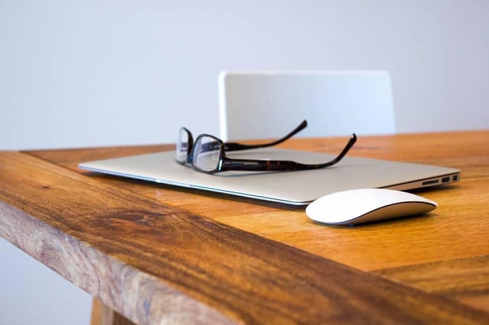 Jak zadbać o oczy? Jakich zasad przestrzegać pracując przed komputerem?