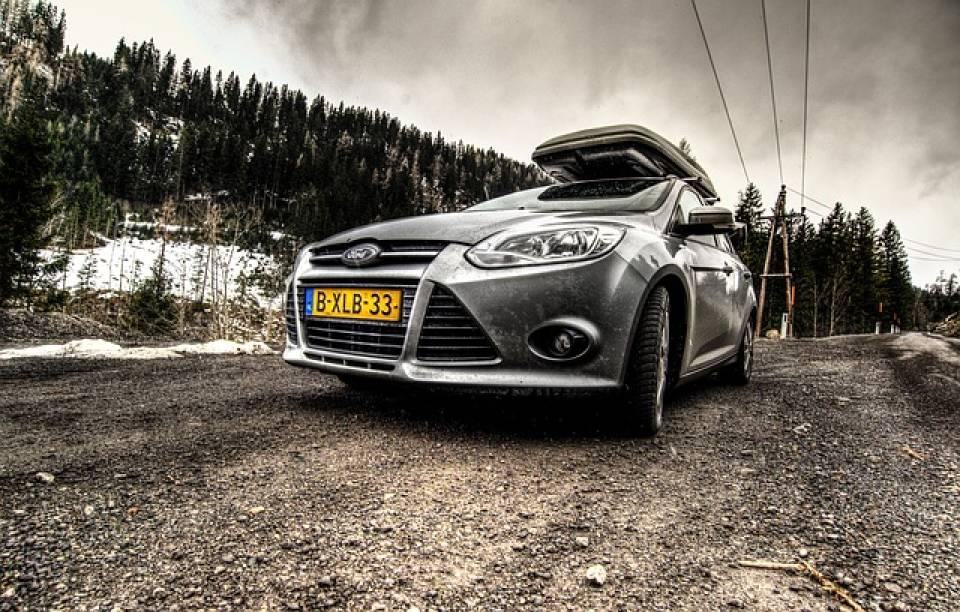 Jak bezpiecznie przewozić sprzęt narciarski i snowboardowy w samochodzie? Jakie akcesoria przydadzą się podczas transportowania nart i snowboardu?