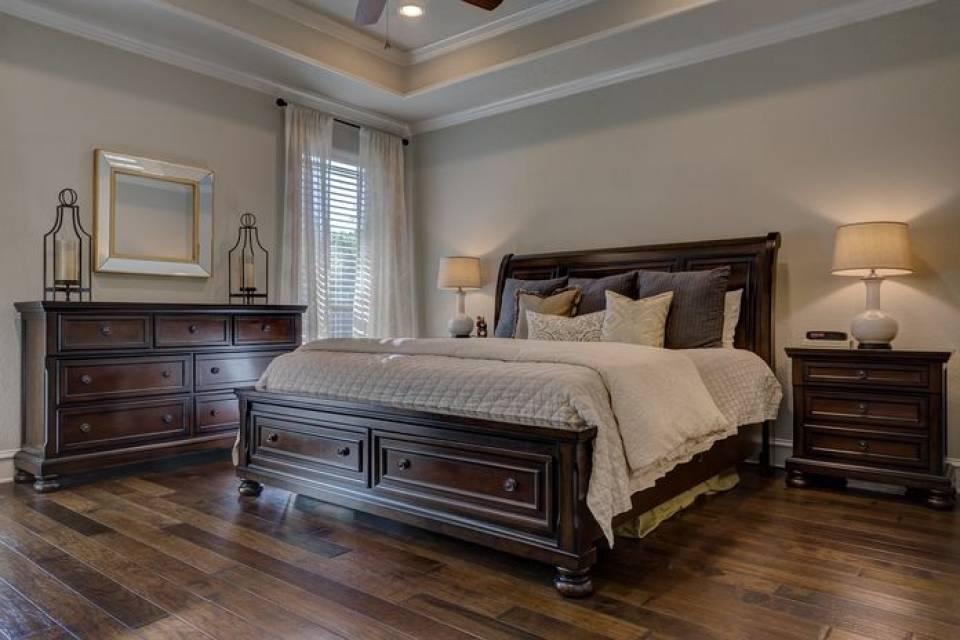 Jakie szafki do sypialni wybrać? Komody, toaletki, stoliki nocne…