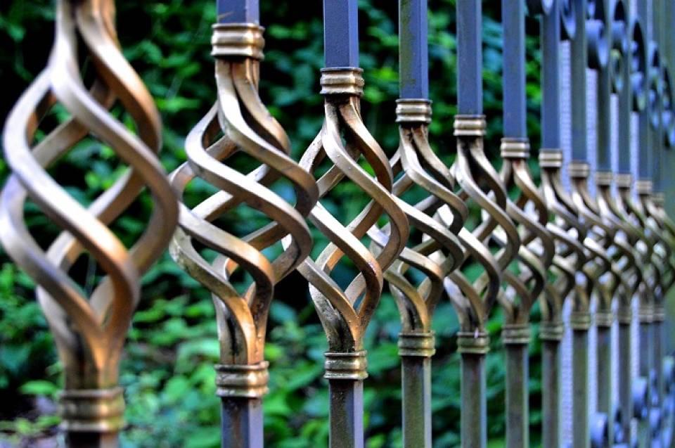 Drewniane, metalowe, murowane… Jak dopasować ogrodzenie do elewacji domu?