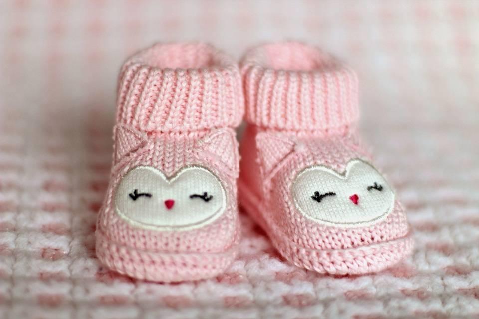 bcc518cd Buty dla niemowlaka - jak wybrać buciki dla dziecka, które jeszcze nie  chodzi? Czy