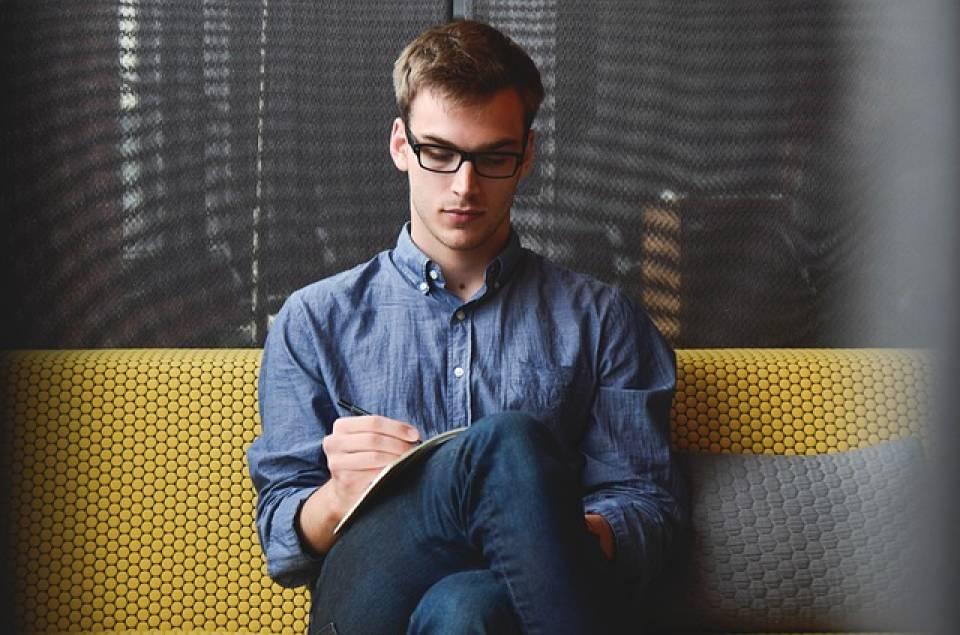 Praca na studiach – co można robić? Jak pogodzić pracę i studia?