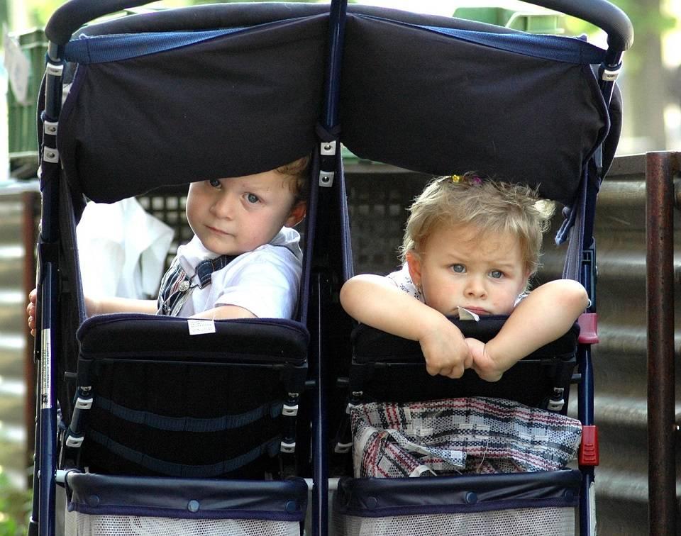 Jak wybrać wózek dla bliźniąt? Rodzaje, zalety i wady różnych wózków bliźniaczych