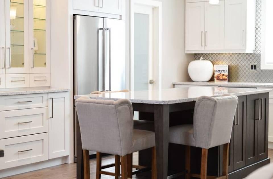 Lodówki, lodówko-zamrażarki, side by side, do zabudowy… Jaką lodówkę wybrać do kuchni?