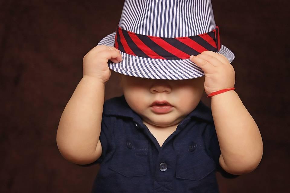 Jak ubierać dzieci wiosną? Modne ubrania i dodatki dla najmłodszych