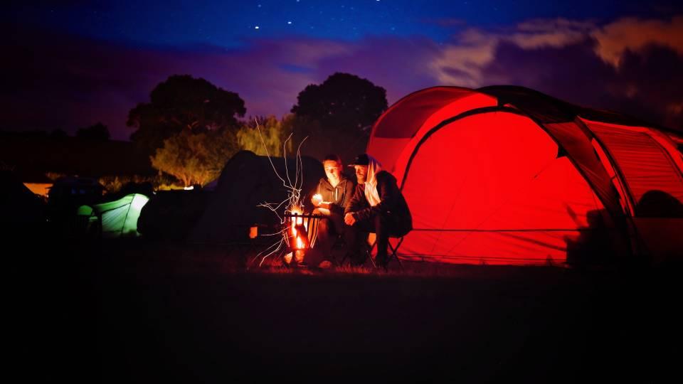 Akcesoria turystyczne, czyli co warto mieć jadąc pod namiot?