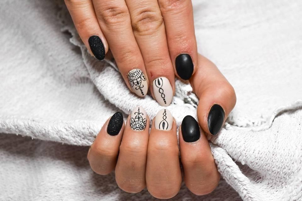 Manicure hybrydowy, żelowy, japoński, francuski – który rodzaj zdobienia paznokci wybrać?