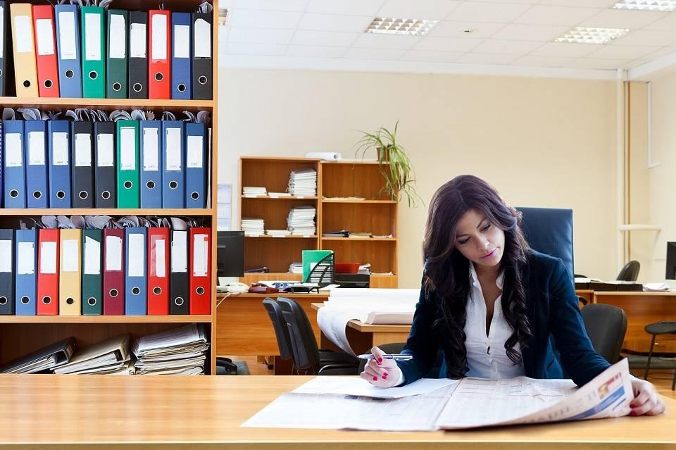 Piłki fitness, poduszki, rollery. Jak zadbać o zdrowie w biurze? Jakie akcesoria fitness warto mieć w pracy?