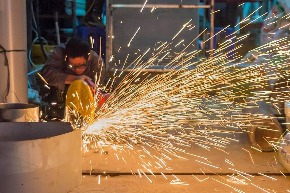 Spawacz, ślusarz, operator wózków - jak wygląda praca najbardziej pożądanych specjalistów w produkcji przemysłowej?