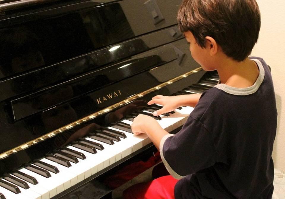 Gitara, perkusja, a może skrzypce? Jaki instrument wybrać dla dziecka?