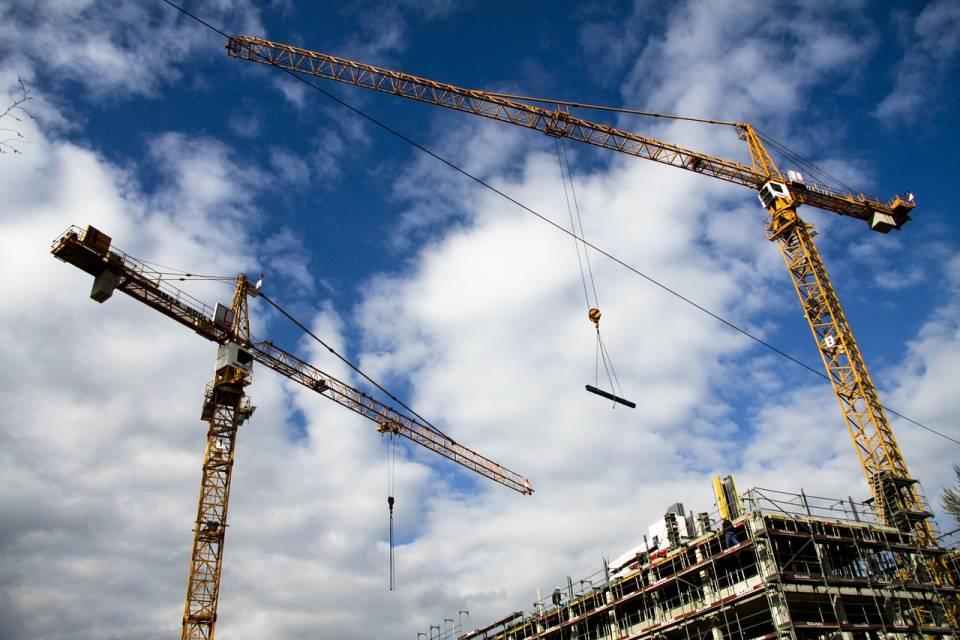 Wynajem maszyn budowlanych – na co zwrócić uwagę podczas wypożyczania koparki, żurawia lub dźwigu?