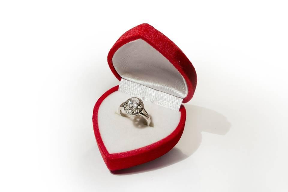 Jaki pierścionek zaręczynowy kupić? Złoty, srebrny, z diamentem, jaki jeszcze?