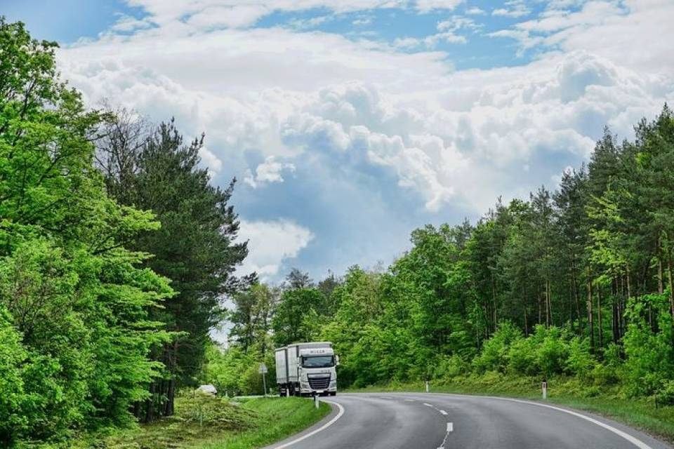 Ile zarabia się w branży transportowej? Czy opłaca się szukać pracy jako kierowca, kurier, spedytor?