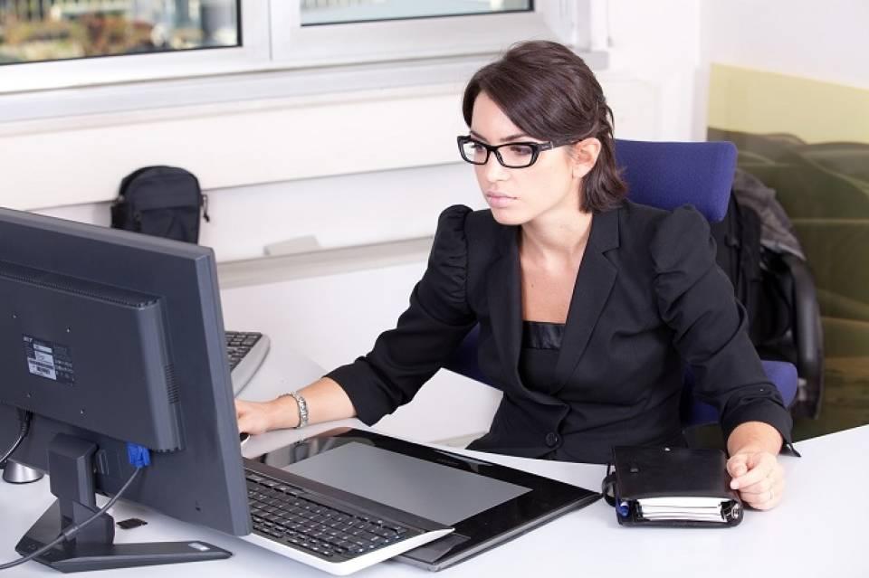 Praca w administracji biurowej – jak wygląda, gdzie szukać pracy? Kto sprawdzi się jako pracownik biurowy?