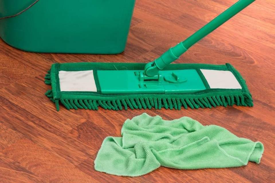 Gdzie szukać pracy jako sprzątaczka, pokojówka, salowa? Ile można zarobić sprzątając biura, hotele, szpitale?