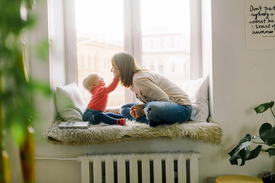 Opieka nad dziećmi – gdzie szukać pracy jako niania? Ile może zarobić opiekunka do dzieci?