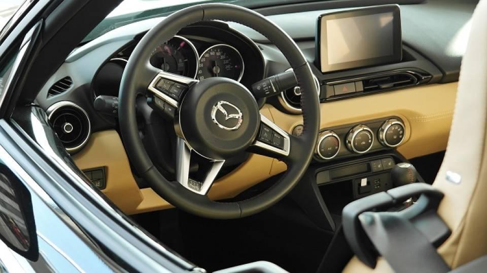 Popularne samochody osobowe klasy średniej – które modele chwalą sobie kierowcy? Honda Accord, Hyundai i40, Mazda 6, Opel Insignia czy Toyota Avensis?