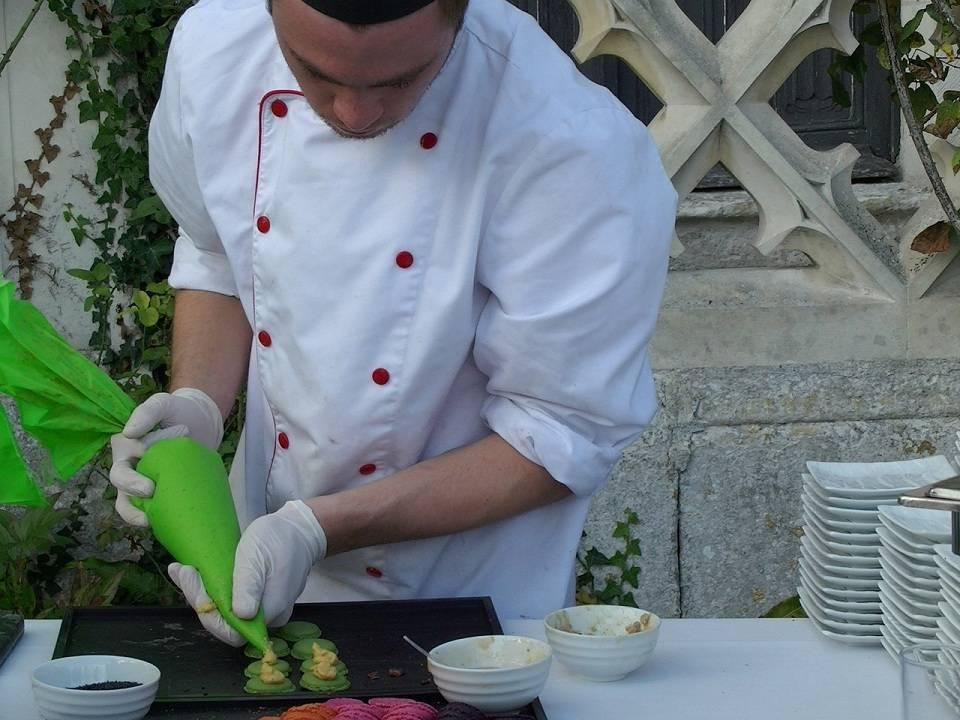 Od czego zacząć pracę w zawodzie kucharza? Szkoła, kursy, praktyki, staże dla kucharzy, co jeszcze?