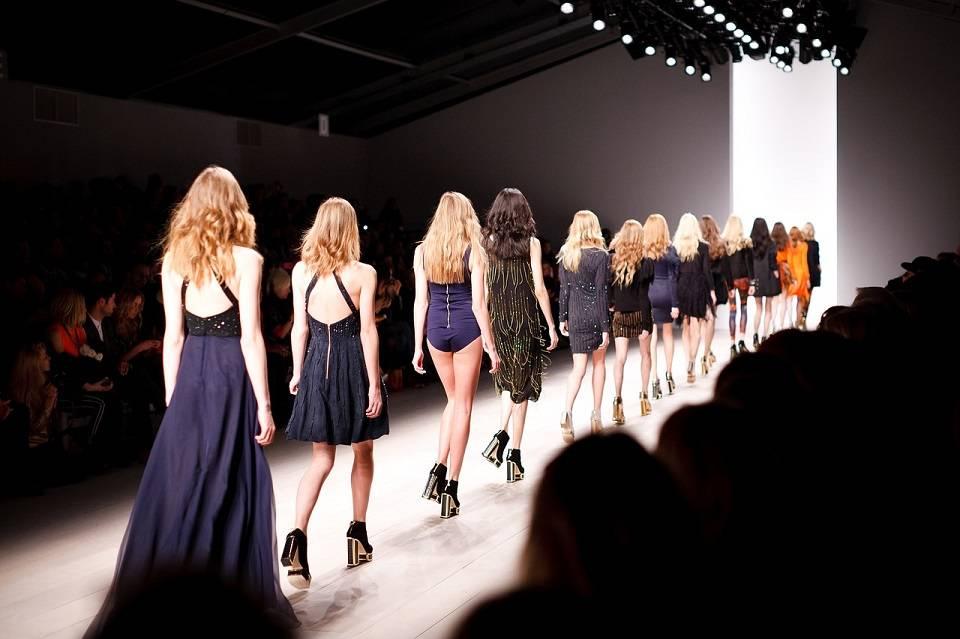 Kto może zostać modelką/modelem? Ile zarabia się w modelingu i fotomodelingu, gdzie szukać zleceń?