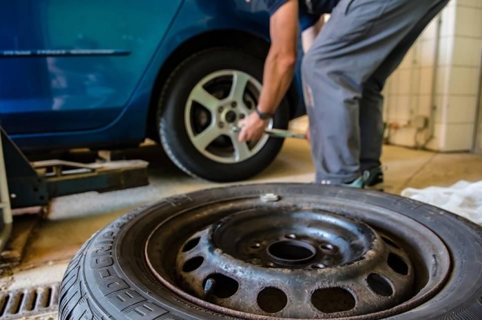 Mycie i sprzątanie pojazdów, naprawy samochodowe, tuning – jakie usługi motoryzacyjne są popularne wśród kierowców?