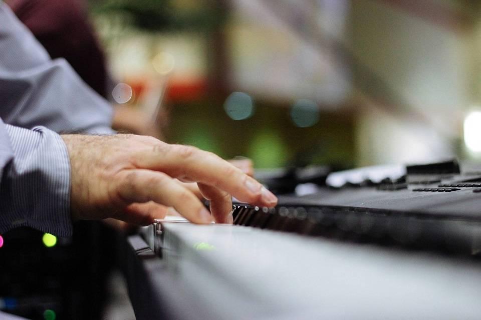 Nauka gry na instrumencie w późnym wieku – czy ma sens? Na jakim instrumencie można nauczyć się grać będąc dorosłym?