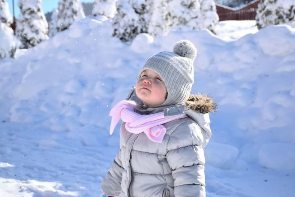 Kurtki i płaszcze dla dzieci. Jak wybrać ciepłe ubrania na zimę dla najmłodszych?
