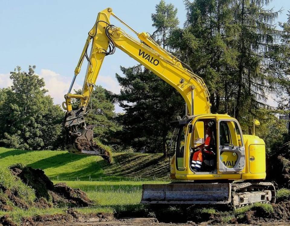 Jakie maszyny budowlane są niezbędne podczas każdej budowy?