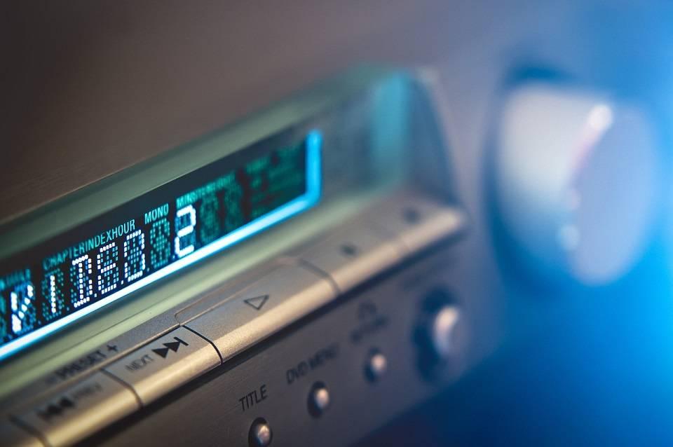 Radia podwieszane, do zabudowy, wolnostojące… Jak wybrać radioodtwarzacz do kuchni?