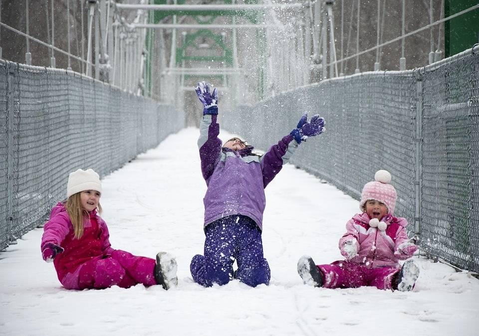 Śniegowce, trzewiki, kozaczki – jakie buty dla dzieci wybrać na zimę?
