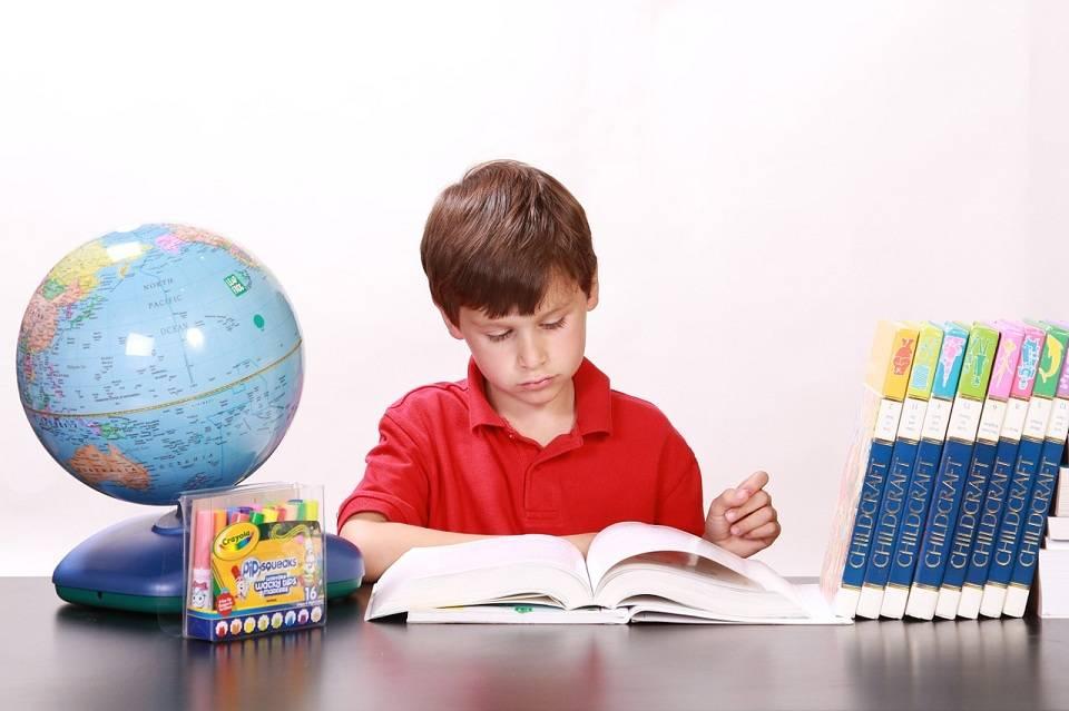 Jak wybrać biurko dla dziecka? Co wziąć pod uwagę planując miejsce do nauki?