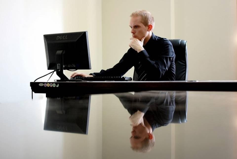 Jaki monitor do biura wybrać? Na co zwrócić uwagę przy zakupie dobrego monitora?