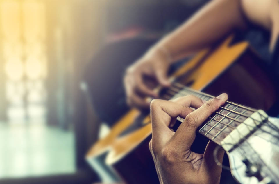 Klasyczna, akustyczna czy elektroniczna? Jak wybrać najlepszą gitarę?
