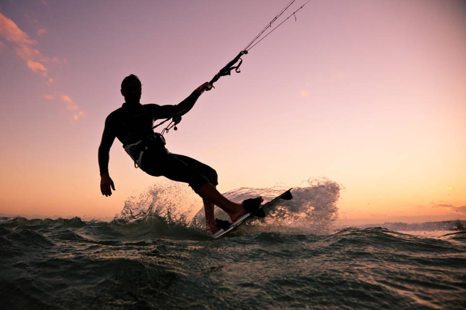 Surfing, kitesurfing i windsurfing - jaki strój i akcesoria kupić? Cz. I