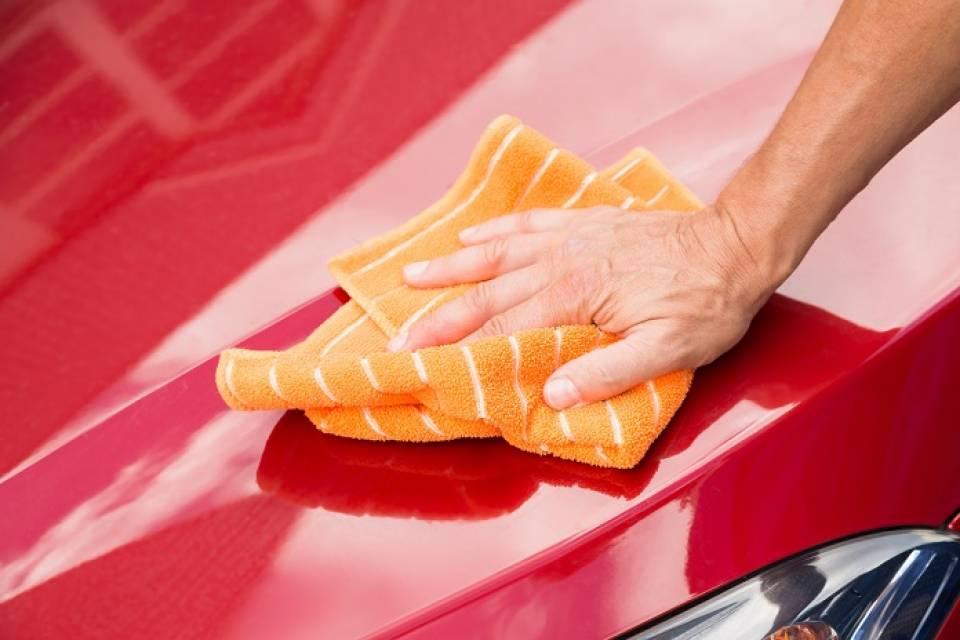Czym myć samochód? Co do mycia szyb samochodowych, a co do karoserii?